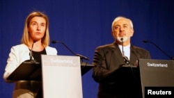 2일 페데리카 모게리니 유럽연합 외교안보 고위대표(왼쪽)와 자바드 자리프 이란 외무장관이 스위스 로잔에서 공동성명을 발표하고 있다.