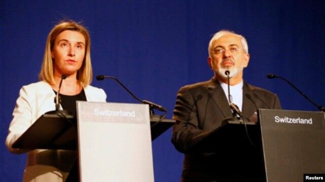 فدریکا موگرینی مسئول سیاست خارجی اتحادیه اروپا (چپ) و محمدجواد ظریف وزیر امور خارجه ایران - ۱۳ فروردین ۱۳۹۴