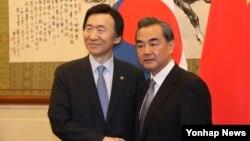 27일 중국 베이징을 방문한 윤병세 한국 외교부 장관(왼쪽)이 왕이 중국 외교부장과 회담에 앞서 악수하고 있다.