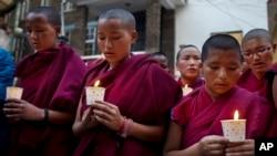 流亡西藏喇嘛在印度达兰萨拉为自焚的藏人点燃蜡烛。(资料照片)