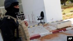 Nhà nước Hồi Giáo nhận trách nhiệm trong vụ tấn công với ít nhất 2 tay súng xông vào viện bảo tàng và nổ súng.