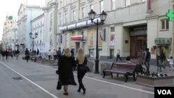俄罗斯愿旁观中美相斗。莫斯科街头。
