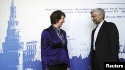 Wakil Uni Eropa Catherine Ashton (kiri) berbicara dengan perunding Iran, Saeed Jalili di Moskow sebelum dimulainya perundingan nuklir Iran (Juni 2012). Perundingan nuklir Iran telah macet selama 7 bulan.