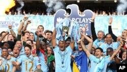 Para pemain Manchester City merayakan kemenangan atas Queens Park Rangers yang memastikan mereka meraih juara Liga Premier Inggris (13/5).