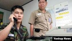 남북한은 5일 개성공단 공동위원회 산하 통행·통신·통관 분과위원회 회의에서, 6일부터 서해 군 통신선을 재개하기로 합의했다. 사진은 지난 2005년 8월 도라전망대 남북통신연락소에서 한국 군 관계자들이 북측과 시범통화를 실시하는 모습.