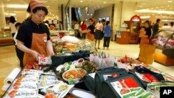 南韓首爾一家商店在推銷泡菜。