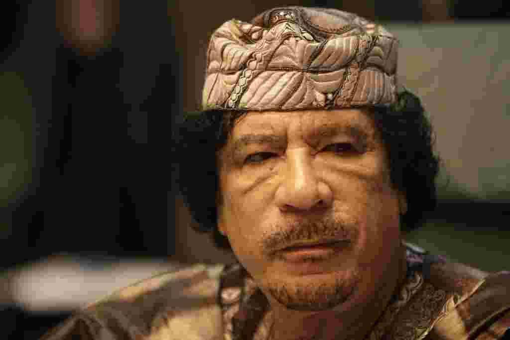 این عکس معمر قذافی، رهبر لیبی را در اجلاس پایانی کنفرانس سران اتحادیه عرب که در شهر ساحلی سیرت و در ۲۸ مارس ۲۰۱۰ برگزار شده بود نشان میدهد.