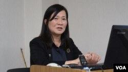 研究日本防卫的早稻田大学教授植木千可子认为,日本一方面应防备中国,一方面应努力与中国改善关系(美国之音歌篮拍摄)