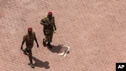 Tentara Burkina Faso berpatroli di dekat pintu masuk hotel Libya, tempat berlangsungnya pembicaraan terkait kudeta di Ouagadougou, Burkina Faso (20/9).