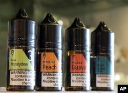 다양한 과일맛이 나는 전자담배 용 액상 카트리지.