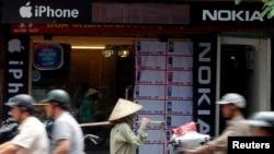 Cửa hàng bán điện thoại di động của Samsung, Nokia và Apple tại Hà Nội.