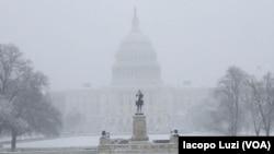 El Capitolio de EE.UU. en Washington, D.C., es visto durante la tormenta de nieve que afecta la costa este el miércoles, 21 de marzo, de 2018.