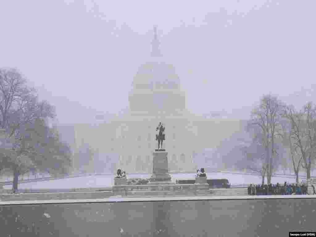 Vue du Capitole des États-Unis à Washington pendant la tempête de neige le mercredi 21 mars 2018.