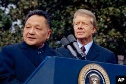 1979年1月29日,美国总统吉米·卡特和中国国务院副总理邓小平在华盛顿白宫外面。