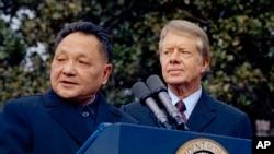 美国总统吉米·卡特和中国国务院副总理邓小平在华盛顿白宫外面。(1979年1月29日)