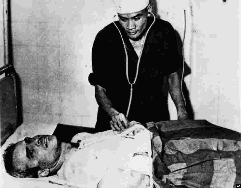 """Ông McCain được khám sức khỏe tại một bệnh viện ở Hà Nội trong khi bị giam cầm như tù binh chiến tranh vào mùa thu năm 1967. Ông kể những khổ ải mà ông từng phải chịu bao gồm bị đánh đập, không được chữa trị thương tích đầy đủ, và ba năm biệt giam vì điều mà những người giam cầm ông gọi là """"thái độ kém."""" Hai lần ông tìm cách thắt cổ tự vẫn bằng áo của ông nhưng đều bị lính canh phát hiện và bị đánh thêm nữa, theo lời ông."""