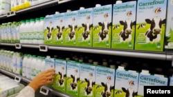 벨기에 브뤼셀의 한 슈퍼마켓에서 고객이 우유를 고르고 있다. (자료사진)