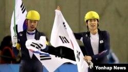 23일 일본 홋카이도현 오비히로 오벌에서 진행된 2017 삿포로 동계아시안게임 스피드 스케이팅 남자 매스 스타트에서 1위로 경기를 마친 이승훈(오른쪽)이 3위 김민석과 함께 태극기를 들고 인사하고 있다.