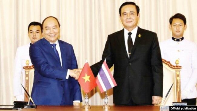 Thủ tướng Việt Nam Nguyễn Xuân Phúc gặp Thủ tướng Thái Lan Prayut Chan-o-cha, tại thủ đô Bangkok, ngày 17/8/2017 (Ảnh: TTXVN)