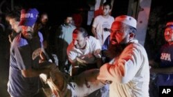 کراچی میں خفیہ ادارے کی عمارت میں زوردار دھماکے کے بعد امدادی کاروائی۔