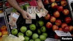 El billete de 100 vale aproximadamente dos centavos de dólar pero es el más usado en la maltrecha economía venezolana.