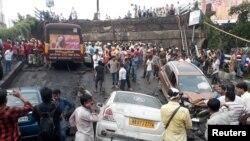Tim pemadam kebakaran dan Tim SAR melakukan pencarian korban di lokasi runtuhnya jalan layang di Kalkuta, India, 4 September 2018.