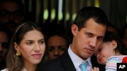 Juan Guaido Ansanm ak Madanm li Fabiana e Pitit Fi 20 mwa li a nan Karakas, Venezuela. AP/Fernando Llano