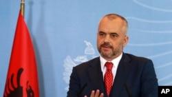 Thủ tướng Albania Edi Rama phát biểu trên truyền hình tại Tirana, 15/11/2013