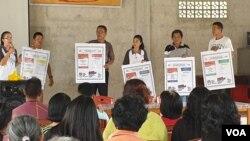 Relawan Demokrasi KPU Poso memberikan sosialiasi tata cara pencoblosan surat suara dalam pemilu serentak 17 April 2019 kepada warga desa Maliwuko, Kabupaten Poso, Sulawesi Tengah. (14/4) (Foto: VOA/Yoanes Litha)
