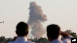 Desde la frontera turca se observan las columnas de humo que dejan los ataques aéreos en la zona de Kobani.