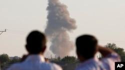 Khói bốc lên sau một cuộc không kích tại thị trấn Kobani ở Syria.
