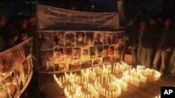 Aktivisti za ljudska prava u Kašmiru okupili su se oko fotografija navodnih žrtava kršenja ljudskih prava i zapalili svijeće kako bi obilježili Međunarodni dan ljudskih prava. Srinagar, Indija, 10. prosinca, 2010. (AP Photo/Dar Yasin)
