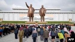 북한 주민들이 15일 김일성 주석의 생일인 태양절을 맞아 '만수대의 언덕'에 방문해 김일성과 김정일의 동상을 향해 묵념하고 있다.