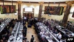 Những hoa giấy được ném xuống những người buôn bán để đánh dấu thị trường mở cửa trở lại ở Ai Cập, 23/3/2011