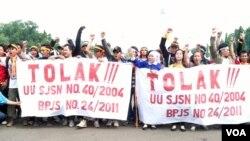 Buruh dari Jakarta, Bekasi, Tangerang dan Banten, berdemonstrasi menolak sistem jaminan sosial. (Foto: VOA/Fathiyah Wardah)