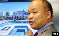 刘龙珠律师展示杨冰清的豪宅照片(美国之音国符拍摄)