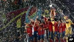 Para pemain tim Spanyol mengangkat Piala Eropa 2012 setelah mengalahkan tim Italia dengan skor telak 4-0 dalam pertandingan final Kiev, Ukraina, Minggu (1/7).
