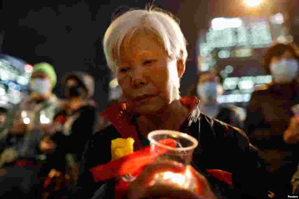 Manifestantes participan en una marcha para conmemorar el Día Internacional de los Derechos Humanos en Hong Kong.