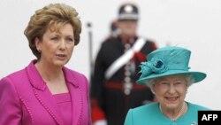 Президент Ірландії Мері Макаліс вітає королеву Єлизавету з прибуттям до Дубліна.