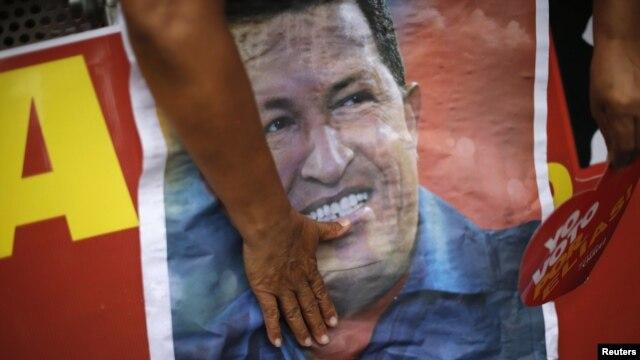 Un sipatizante del presidente Hugo Chávez participa en una actividad política en apoyo al partido socialista del mandatario, que se recupera en Cuba de una operación para erradicar el cáncer.