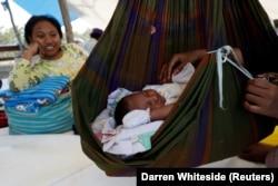 Seorang bayi tidur di tenda, di kamp pengungsian gempa bumi di Palu, Sulawesi Tengah, 8 Oktober 2018. (Foto: REUTERS/Darren Whiteside)
