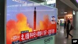 Một chương trình truyền hình cho thấy hình ảnh tư liệu của một vụ phóng tên lửa đạn đạo của Bắc Triều Tiên, tại nhà ga xe lửa Seoul, Hàn Quốc, ngày 16 tháng 10 năm 2016.