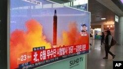 首尔一个地铁站内的电视上播放的朝鲜试射照片(2017年10月16日)