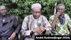 Les opposants tchadien, Saleh Keabo au mieux, Gali Gata Ngoté à droite et le representant de Laoukein Medar à gauche. (André Kodmadjingar/VOA)