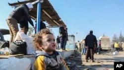 Mtoto raia wa Syria akiondolewa kutoka mji ulokumbwa na vita wa Aleppo.