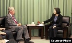 民進黨主席蔡英文(右)會見美國在台協會主席薄瑞光(台灣民進黨提供)