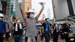 2019年6月12日星期三示威者在香港立法會附近舉手抗議。