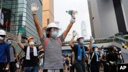 Miles de personas bloqueaban el acceso a la sede del gobierno hongkonés, retrasando el miércoles 12 de junio de 2019 un debate legislativo sobre las propuestas de reformar la normativa sobre extradiciones.