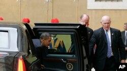 2009年7月10日特勤局特工约瑟夫·克兰西(右)在奥巴马总统抵达达梵蒂冈与教宗本笃十六世会面时为总统打开车门。约瑟夫.克兰西星期三被任命为特勤局局长接替前任局长朱莉娅•皮尔森。