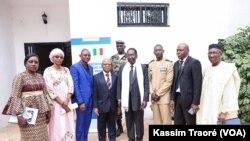 Dioncounda Traoré et son staff au Mali, le 23 janvier 2020. (VOA/Kassim Traoré)